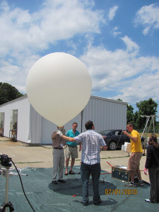 Preparing the ozone-sonde.