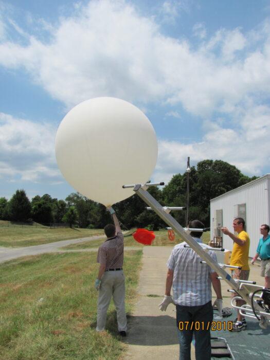 Ozone-sonde signal reception antenna.
